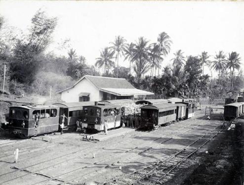 Gondanglegi merupakan stasiun yang ramai angkutan penumpang dan barang karena terdapat percabangan dari Malang ke Dampit dan Kepandjen. Tampak suasana stasiun Gondanglegi pada tahun 1919.(source:KITLV)